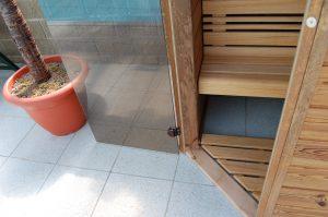 Montáž sauny je složitá. Zkušený odborník si s ní však poradí.