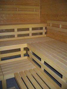 Při výstavbě saun je nejčastěji používanou dřevinou africký dub, který má nejvhodnější vlastnosti.